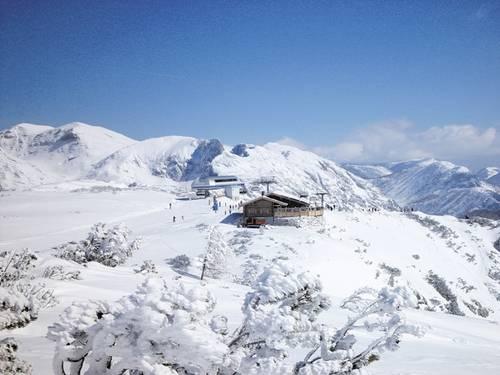 Cez 42 kilometrov zjazdoviek všetkých náročností ponúka lyžiarom aj  snowboardistom nesmierny zážitok. Na svoje si prídu začiatočníci ae7043f4ae2